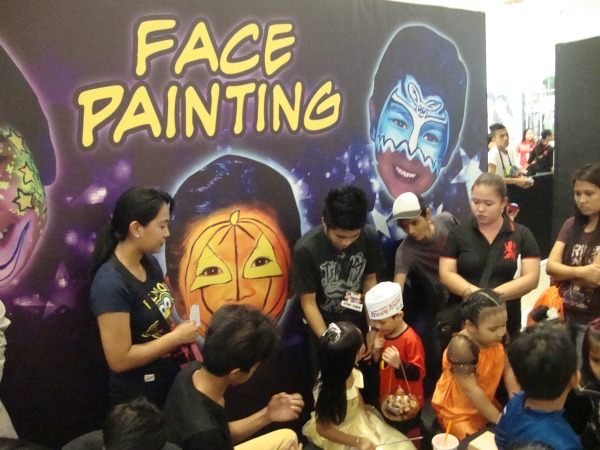 ayala fairview terraces halloween event costume party 2014 face painting art of being a mom www.artofbeingamom.com 01